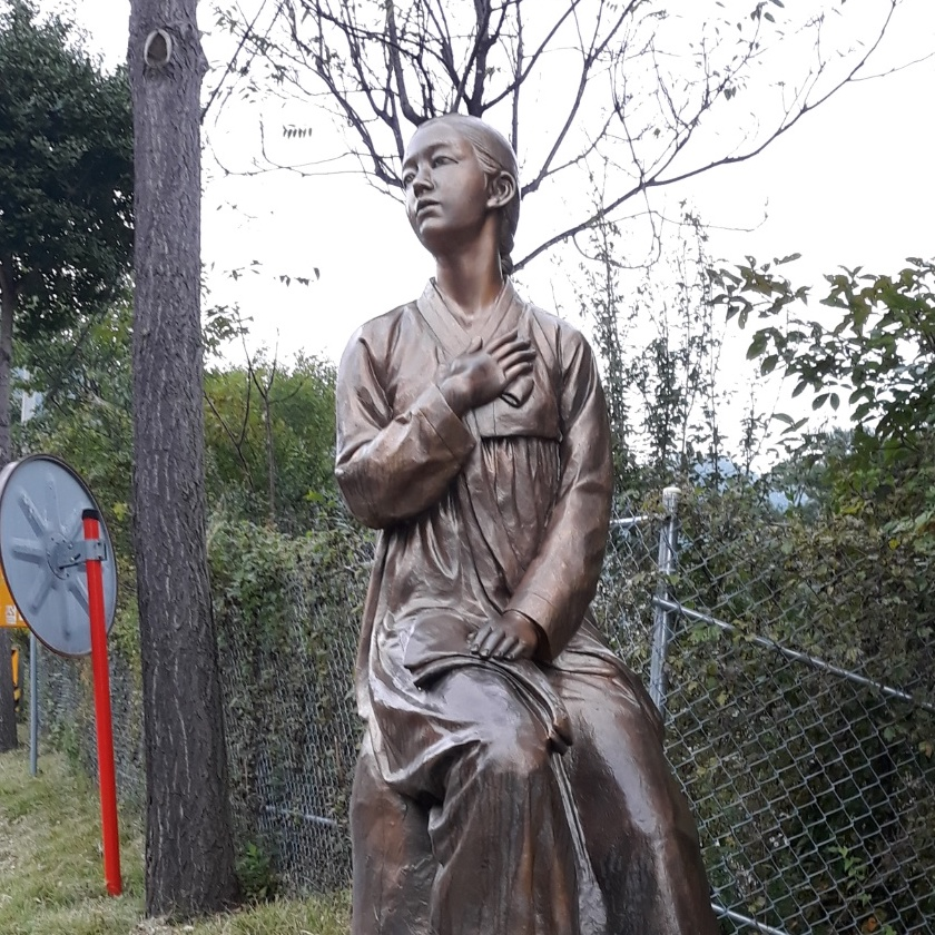 A bronze statue of a woman